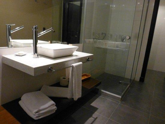Colonia West Hotel: Vista del baño