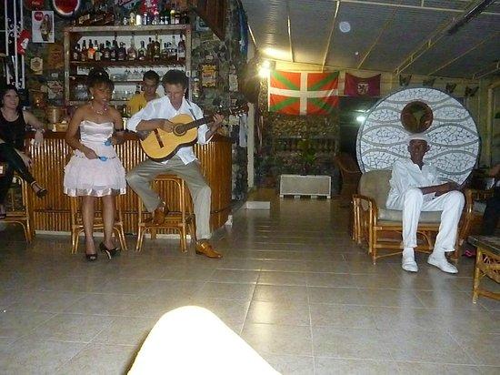 Hostal Mercedes : grupo de musica, y Panchito un grande!