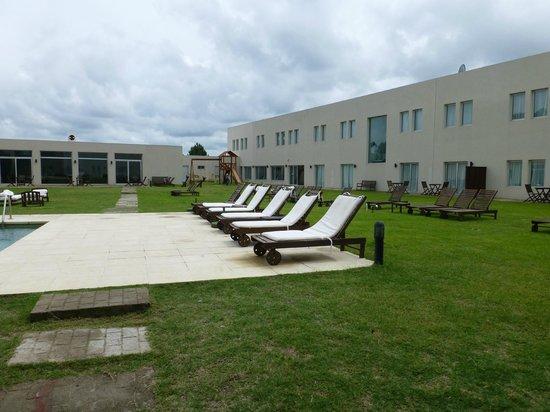 Colonia West Hotel: Otra vista de la zona de la piscina y juegos