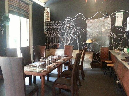Wahalkada: The walls are painted with the history of Sri Lanka