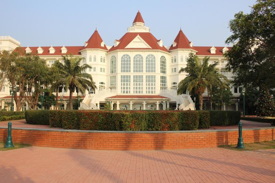 Hong Kong Disneyland Hotel : View of front of hotel from the Sea Wall