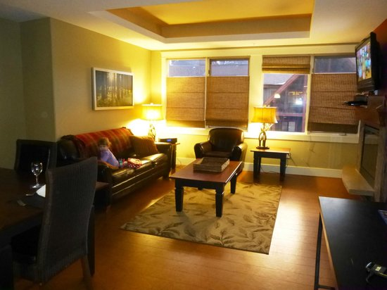 Solara Resort & Spa: Living room in 1-bedroom suite