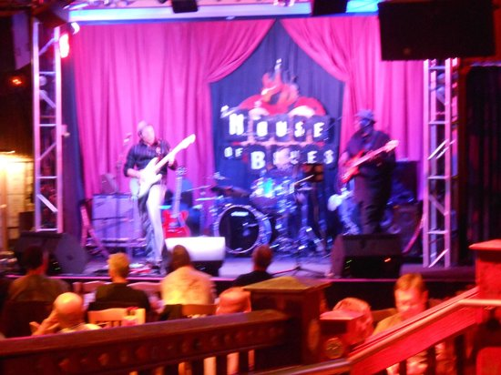 House of Blues Restaurant & Bar: Live music makes the meal better!