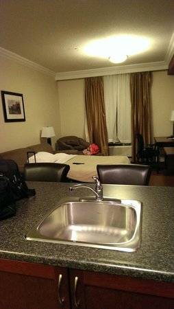 Kindersley Inn: Pull out couch and living area. Suite in new building