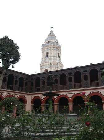 Monastery of Santo Domingo (Iglesia y Monasterio de Santo Domingo): 回廊から見える塔