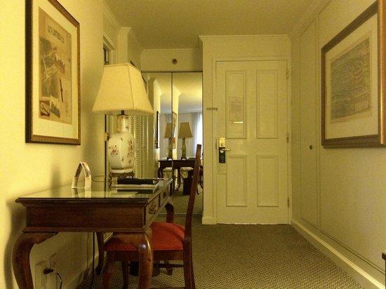 Adolphus Hotel: Room entrance