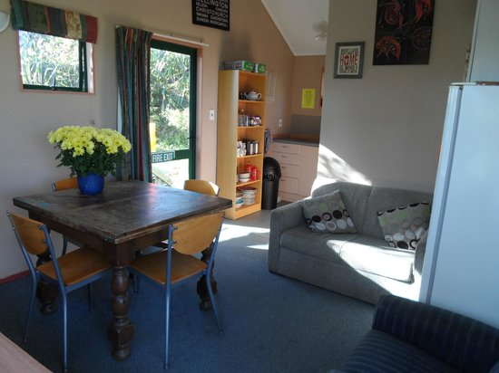 Honey Budget B & B 4 Backpackers : Common area for dining, cooking and relaxing