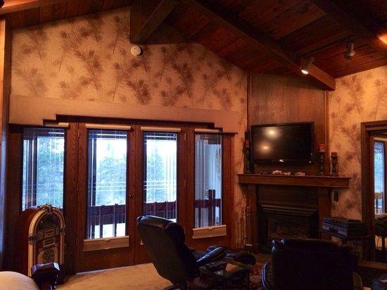 Alaskan Frontier Gardens Bed and Breakfast: Inside the Ivory Room, double balcony doors overlook sitting area