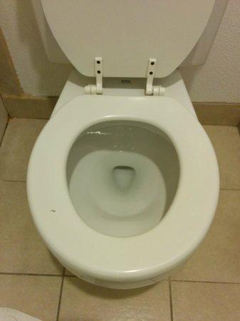 Rodeway Inn SeaTac: toilet - seat was not clean. Mark on left side.