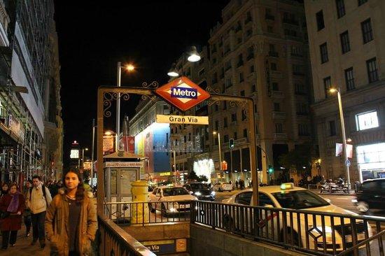 Hostal La Plata: El metro al pie del hotel