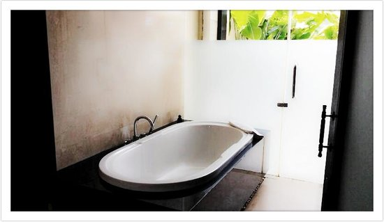 Mahagiri Villas Dreamland: Bathtub