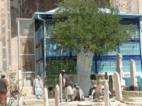 Herat, Афганистан: Pilgrims in front of Ansari's tomb, Gazargah