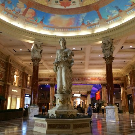 statue inside the mall picture of forum shops at caesars palace las vegas tripadvisor. Black Bedroom Furniture Sets. Home Design Ideas