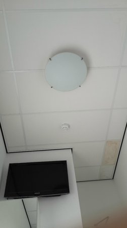 Iris Hotel: Small room ceiling to see how small it's
