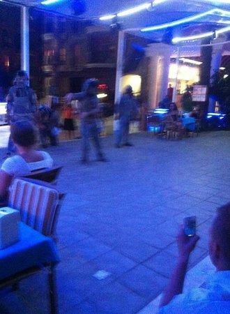 Club Dena: Underholdning udefra