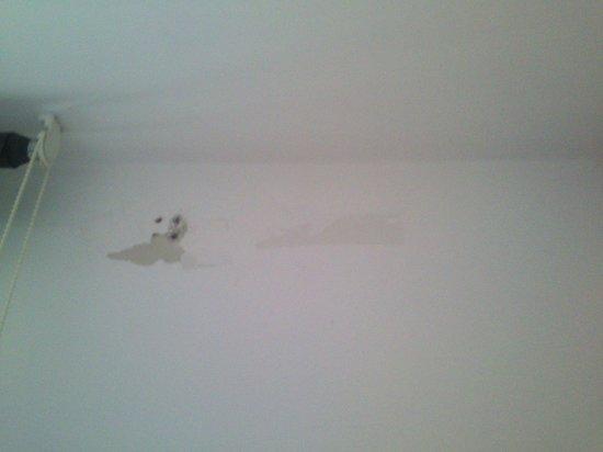Residenza Maxima : umidità sopra la finestra nella camera da letto