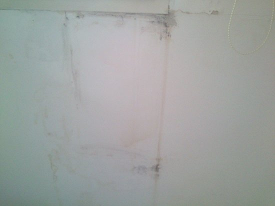 Residenza Maxima : umidità vicino la finestra nella camera da letto