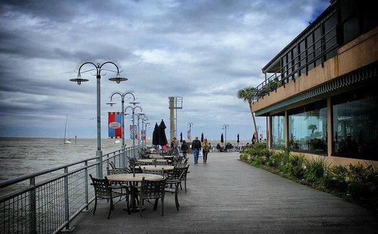 Kemah Boardwalk : Walk along the water