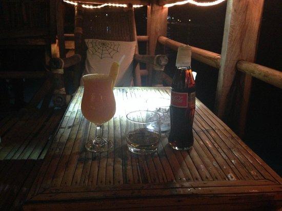 Spider House Resort: столик в кафе на нижнем уровне