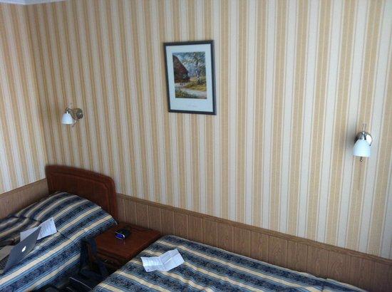 Hotel Planeta: Старые и дешевые обои в номере