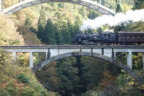 Tohoku, Japan: 秋にはSL只見線紅葉号が走る。
