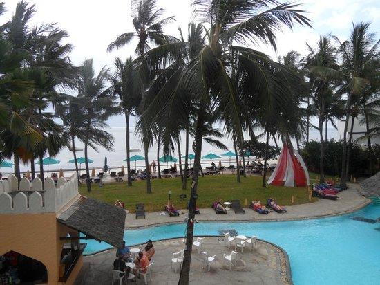 Bamburi Beach Hotel : uitzicht dakterras boven restaurant