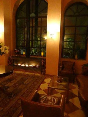 Scots Hotel: Камин около Кельтского бара