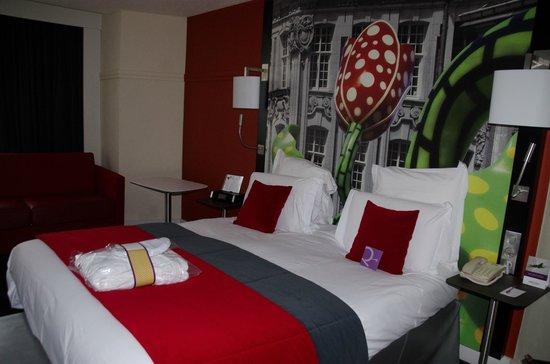 Mercure Lille Centre Grand Place : Notre lit dans une chambre superbement décorée aux peintures représentant Lille