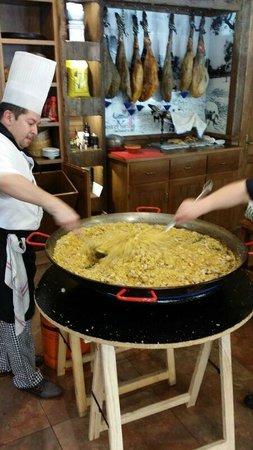Meson El Torillo: Aqui el cocinero preparando las migas.