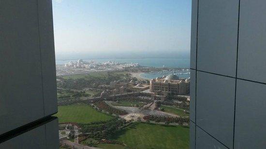 Jumeirah at Etihad Towers: Bathroom view
