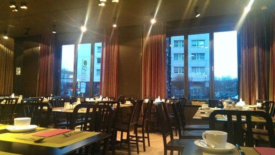 Adina Apartment Hotel Berlin Hackescher Markt: The restaurant downstairs loppy. Breakfast/dine