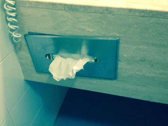 Rydges Capital Hill Canberra: A couple of screws could fix this