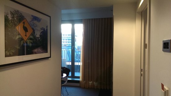 Adina Apartment Hotel Berlin Hackescher Markt : The view when you first enter the apartment.
