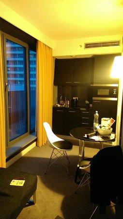 Adina Apartment Hotel Berlin Hackescher Markt: Enough light during dusk