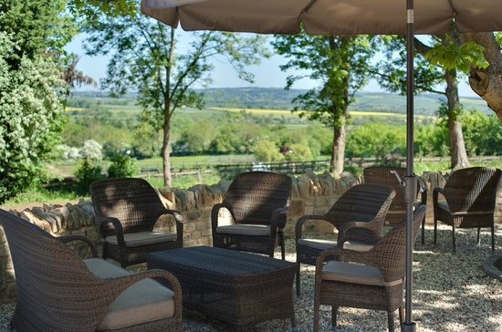 The Feathered Nest Country Inn: Patio Dining with views over the Evenlode Valley