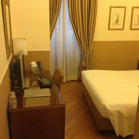"Hotel Adriano: Classic Room 109 re: review of  ""Stanze vecchie, esperienza pessima"""