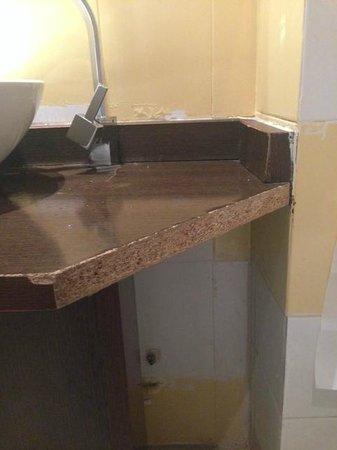 Madrid Motion Hostel: Madera rota de la pica del lavabo
