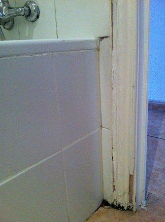 Madrid Motion Hostel: Juntas del lavabo en mal estado