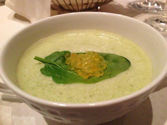 Weissenseerhof Hotels: Kaviar Nest auf Pastinakenschaumsuppe