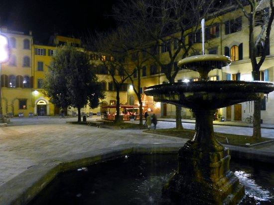 Hotel Palazzo Guadagni: Eatery opposite hotel entrance