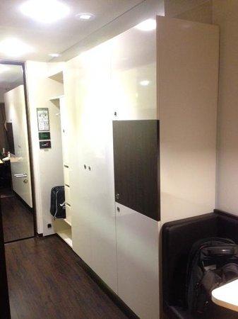 Derag Livinghotel Am Viktualienmarkt: Closet area and door entrance to the room