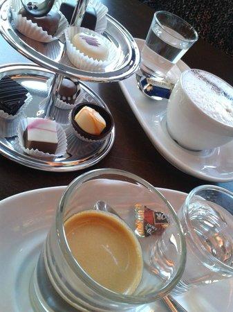 Fassbender & Rausch Chocolatiers am Gendarmenmarkt: Expresso, latte and some chocolates.
