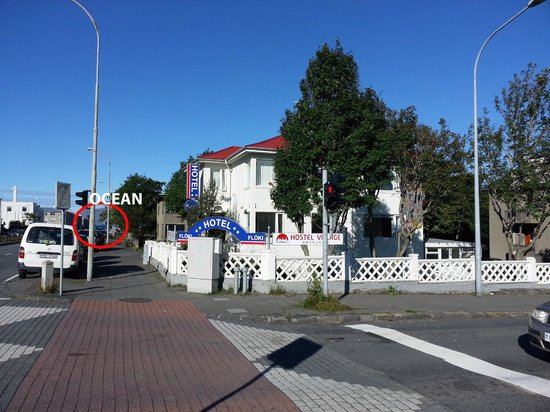Reykjavik Hostel Village: Infront of the Hostel with view on the ocean