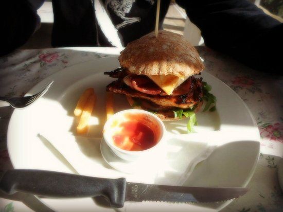 La Rosa Blu Cafe: Yummy burger! We already ate all the chips, the portions are large and the food is divine