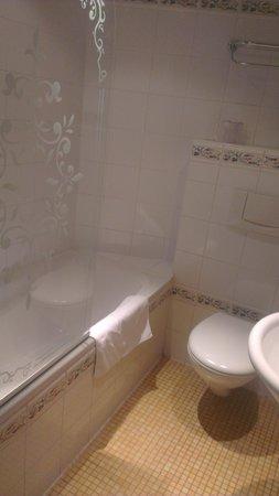 Hotel Europe Saint Severin: Baño... (aquí nos íbamos, de modo que ya no estan ni las toallas dobladas, ni los detalles del b