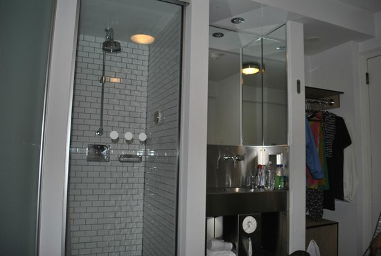 Ducha lavabo armario picture of pod 51 hotel new york for Armario ducha