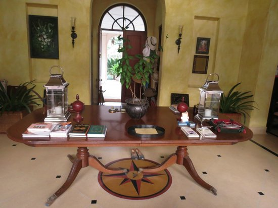 Tikli Bottom : The table with antiques