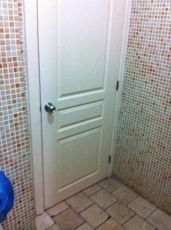 Cheers Hostel: the bathroom