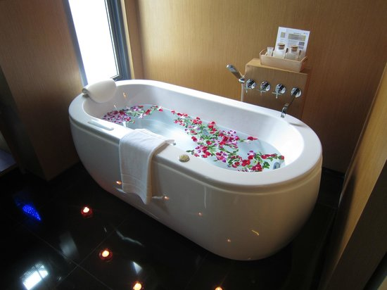 Ramada Khao Lak Resort: Decorated Spa-bath for our arrival