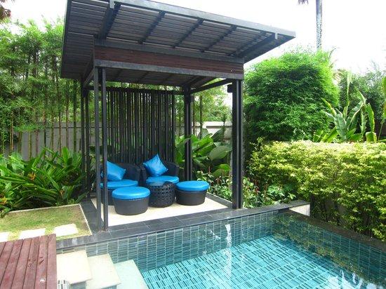 Ramada Khao Lak Resort : Poolside lounge area